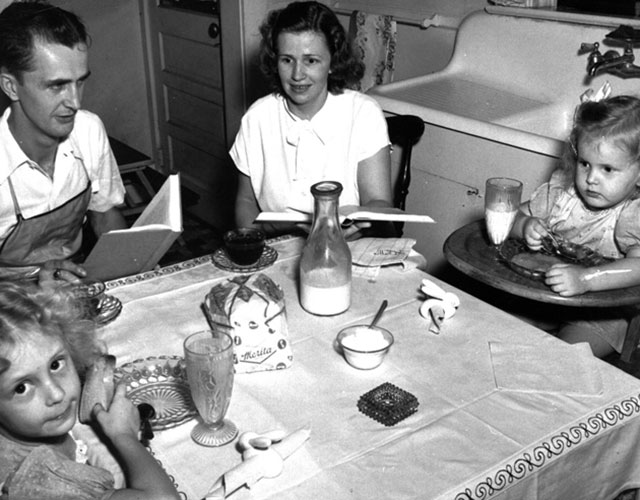 Flavet-village-family-at-dining-table